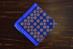 Pochette bleue en soie médaillon rouge