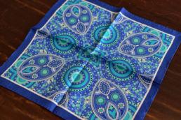 pochette bleue a motif retro