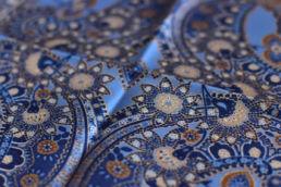 Pochette en soie bleu floral