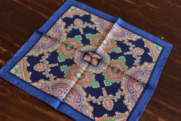 pochette en soie motif bleu