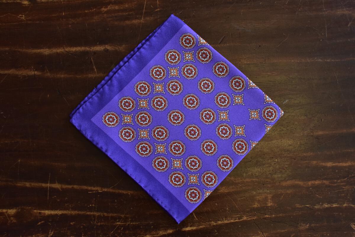 Pochette violet en soie médaillon rouge