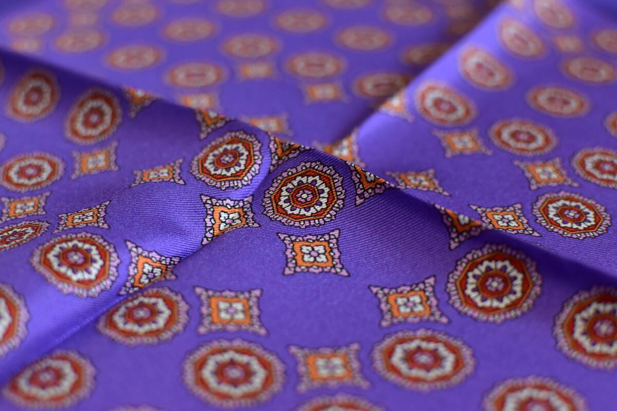 pochette violet et medaillon rouge et or