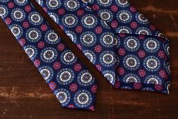 cravate bleue medaillon en soie
