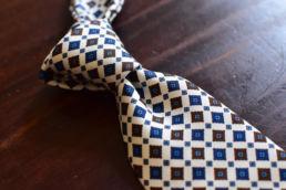 Cravate blanche a petit motifs Calabrese