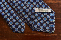 Cravate bleu marine imprimé médaillon bleu ciel