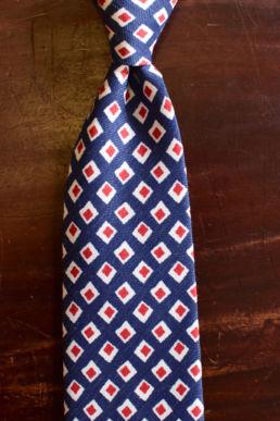 Cravate bleue petits motifs imprimés carrés