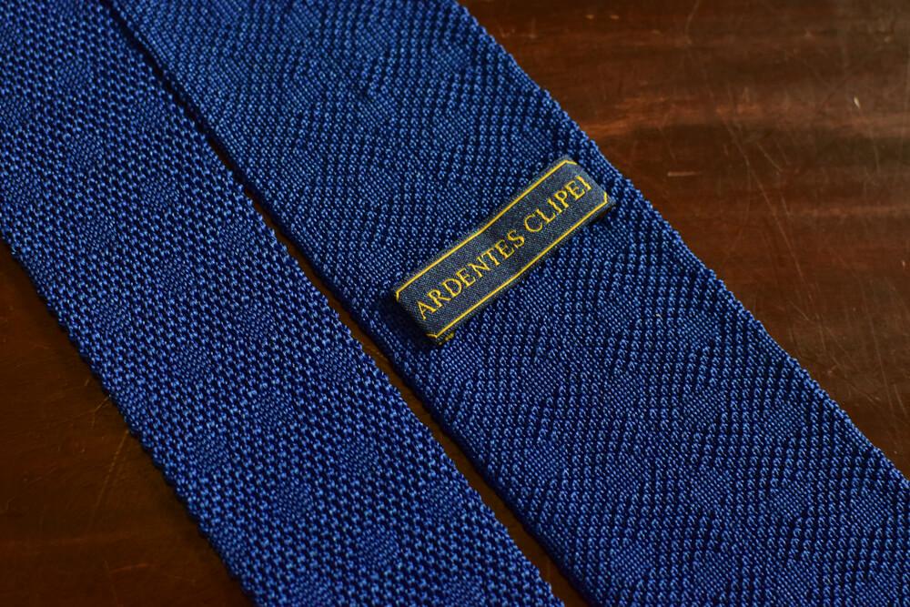 Cravate tricot en pointe bleu a pois