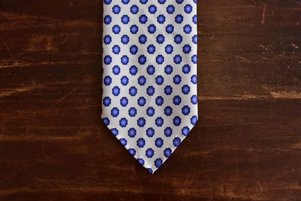 cravate non doublee blanche a fleurs