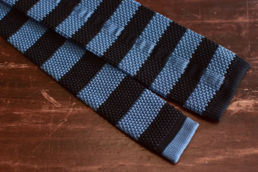 cravate tricot bleu a rayures horizontales