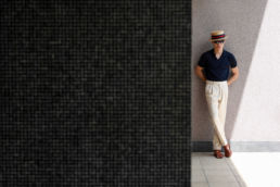 polo-john-smedley-bleu-marine-pantalon-blanc-ardentes-clipei