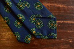 cravate laine et soie bleu medaillon vert
