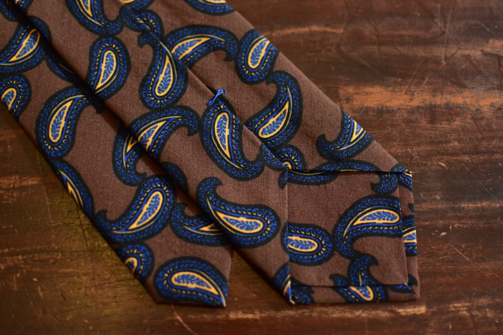 cravate twill de soie et laine marron imprimé paisley bleu