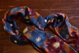 echarpe laine de yack motif floral bleu orange-4