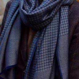 echarpe_en_cachemire_et_soie_prince_de_galles_gris_bleu-3